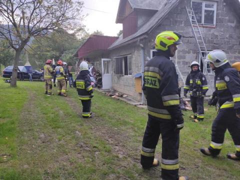 Próbował samodzielnie gasić pożar. Z licznymi oparzeniami trafił do szpitala