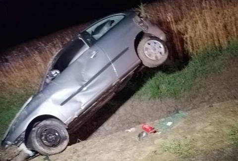 Groźny wypadek w Podłopieniu. Kierowca zakończył podróż samochodem w rowie