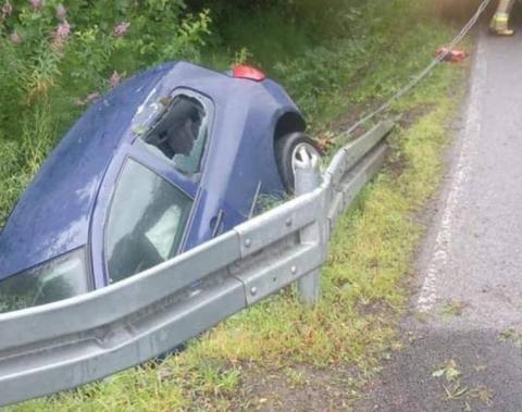 Dramatyczny wypadek: 18-latek uderzył autem w przepust, przyleciał po niego LPR