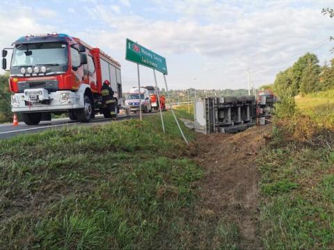 Wyglądało strasznie. Ciężarówka przewróciła się na bok na DK-75 w Witowicach