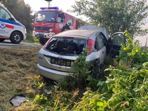 Straciła panowanie nad samochodem. Auto uderzyło w drzewo [ZDJĘCIA]