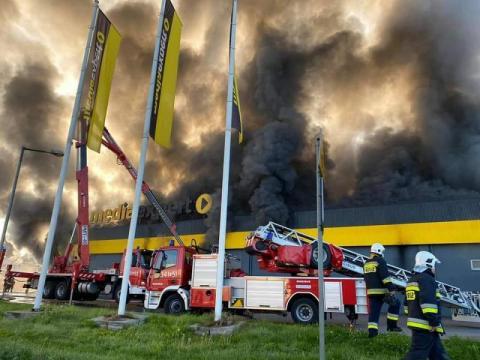 Policja ustala przyczyny pożaru Media Expert. Konstrukcja dachu grozi zawaleniem
