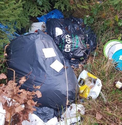 Szczyt obciachu: wyrzucił śmieci na szlaku i jeszcze się podpisał