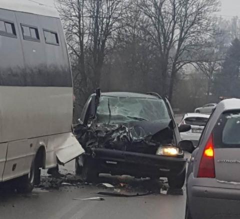 Wypadek w Łęce. Samochód osobowy zderzył się z busem kursowym