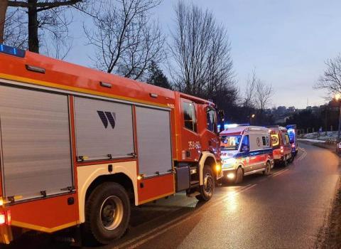 Wypadek w Łazach Biegonickich. Samochód uderzył w drzewo, są ranni