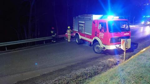 Kierowca stracił panowanie nad autem. Subaru wpadło do potoku