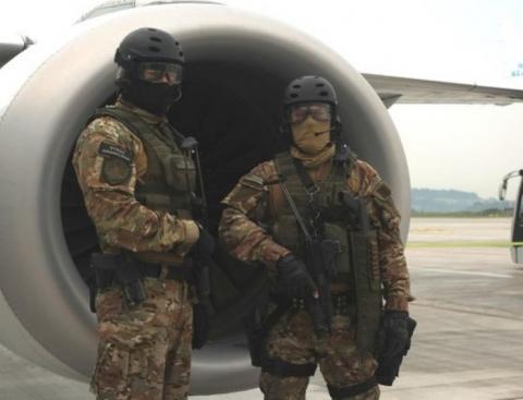 Awanturowali się na pokładzie samolotu i mówili pikantne słowa do stewardess. Zostali wyprowadzeni przez pograniczników