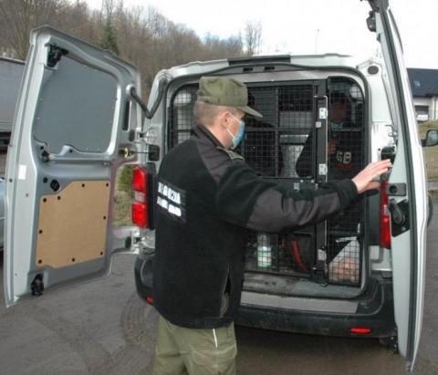Wjechali do Polski ukryci pod naczepą ciężarówki. Wpadli na Limanowszczyźnie
