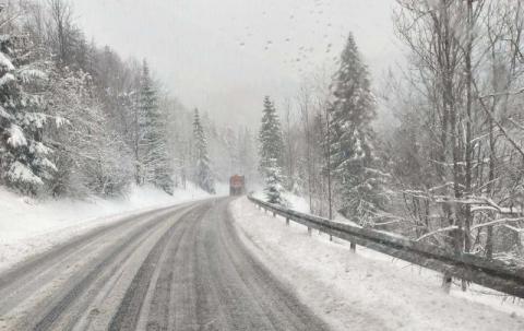 Fatalne warunki na drogach. Uważajcie, jest bardzo ślisko