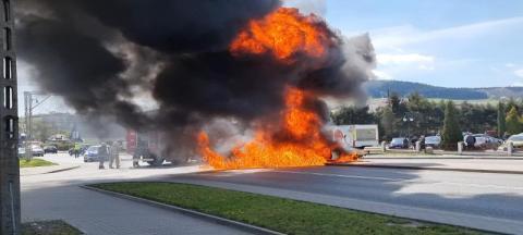 Wypadek na DK-75 w Łososinie Dolnej. Polonez spłonął doszczętnie [ZDJĘCIA]