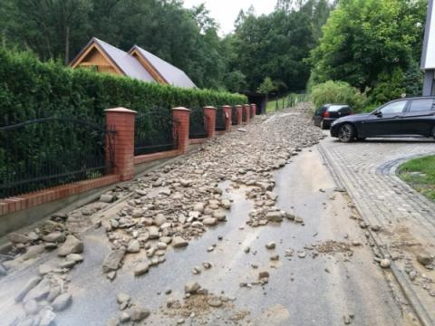 Stary Sącz: groza w kilku sołectwach. Deszczowa Niagara zmiotła żwirowe drogi
