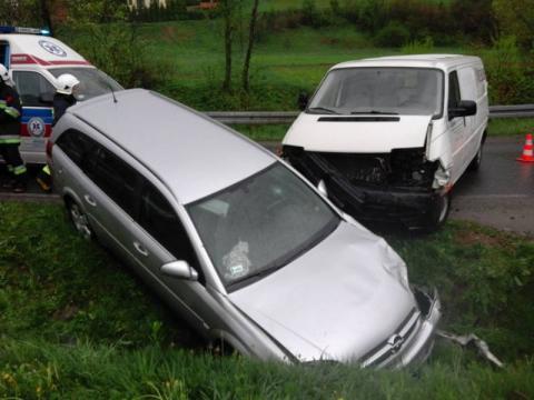 Wypadek w Cieniawie. Samochód osobowy zderzył się z dostawczakiem