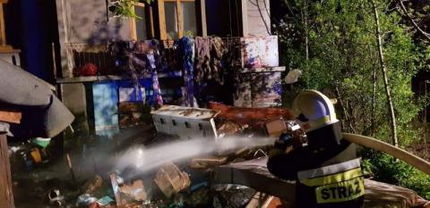 Pożar domu w Piwnicznej. Dwie ranne osoby trafiły do szpitala