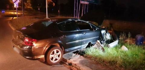 Nocna kolizja w Nowym Sączu. Auto wypadło z drogi i uderzył w słup energetyczny