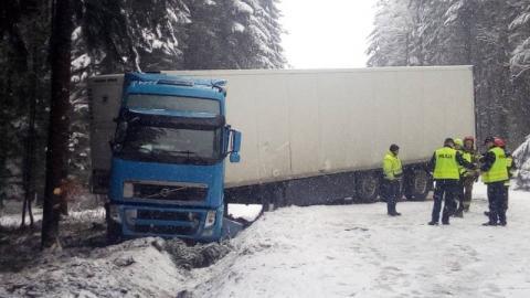 Wypadek za wypadkiem. Tir zablokował drogę w Mochnaczce