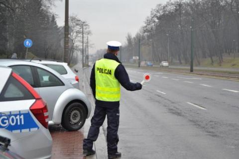 Policjanci kontrolują pojazdy. Rekordzista cofnął licznik o 120 tys. km