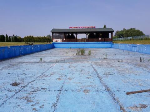 zdewastowany odkryty basen nad Łubinką, fot. Iga Michalec