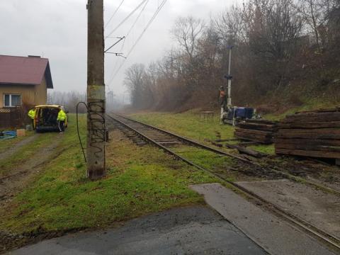 Wymieniają zniszczone podkłady kolejowe na linii Chabówka – Nowy Sącz
