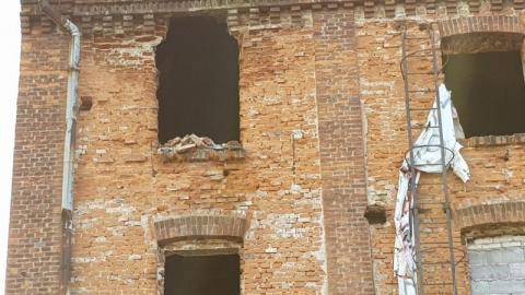 Lecą cegły ze Starego Młyna, lecą. A jak spadną komuś na głowę? To zabiją…