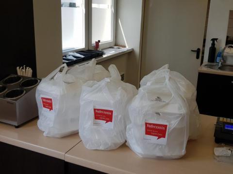 Kolejne pyszne obiady trafiły do pielęgniarek, ratowników, lekarzy i salowych