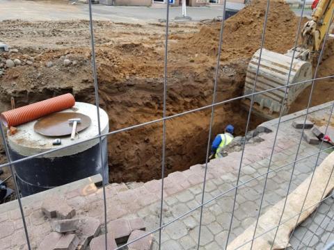 Nowy Sącz: drogowy wyścig z czasem trwa a na Grodzkiej nadal wielka dziura