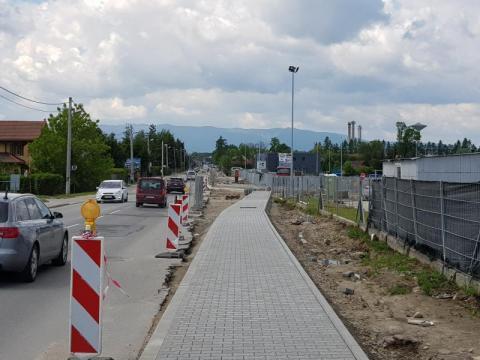 W godzinach szczytu na ulicy Węgierskiej tworzą się korki przypominające trochę te, z czasu budowy nowego mostu heleńskiego.