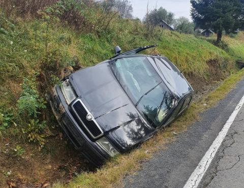 Co się stało w Tyliczu? Samochód z rozbitymi szybami od wielu dni leży w rowie