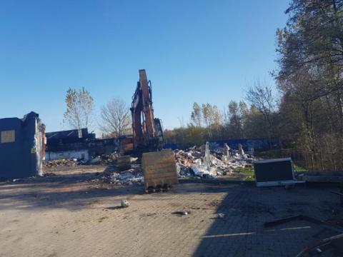 Trwa rozbiórka spalonego budynku, w którym był Media Expert