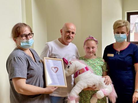 Niesamowite! Mała Zuzia przekazała chorym z hospicjum swoje pieniądze z komunii