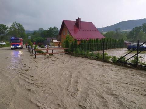 Mieszkańcy powiatu gorlickiego walczą z powodzią. W Krynicy runął mur oporowy