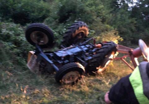 Wypadek podczas koszenia trawy. Ciągnik z kosiarką rotacyjną przygniótł 41-latka