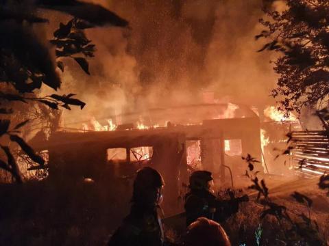 Trwa mordercza walka z ogniem. Kilkudziesięciu strażaków gasi pożar budynku