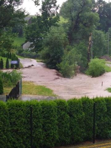 Stary most tylko ciągle blokuje wodę. Kiedy zrobią nową przeprawę w Wielopolu?