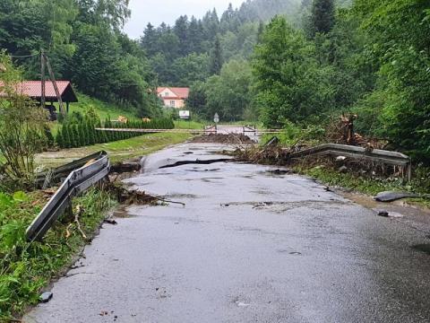 Ruch wahadłowy: powodzie błyskawiczne znów uszkodziły drogę Mogilno – Paszyn