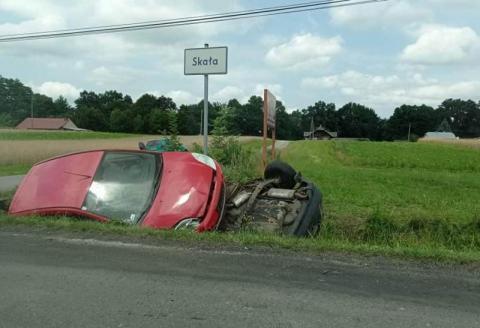 Groźny wypadek koło Gorlic. Samochody wylądowały w rowie, są ranni