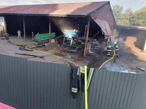 Poranny pożar w hali produkcyjnej. Zapaliła się kora i maszyna sortująca