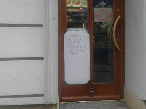 Zdewastowali bar na ul. Szwedzkiej. Mieli w rękach siekiery i maczety