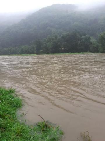 Woda zerwała kładkę dla pieszych. Rytro w stałej gotowości powodziowej