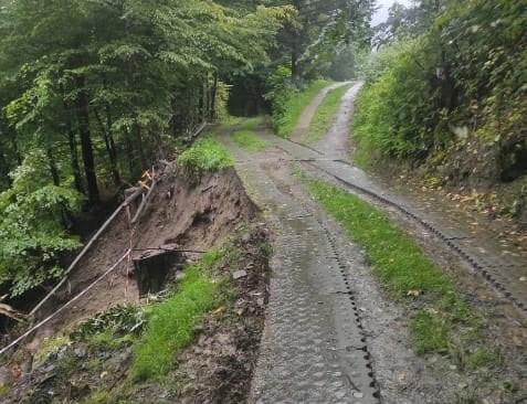 Zamknęli całkowicie część drogi Rytrze. Osuwisko groźniejsze niż myśleli