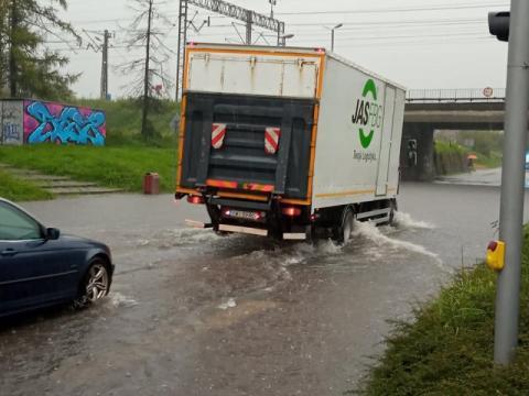 Armagedon w Nowym Sączu! Drogi pod wiaduktami zalane, woda wybija studzienki