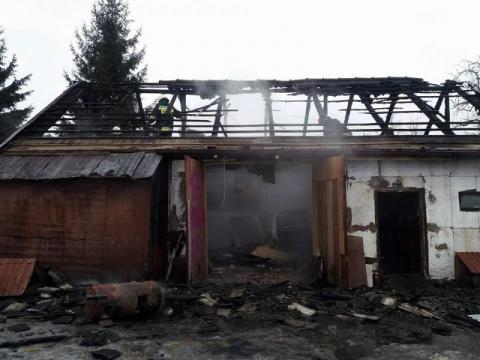 46 strażaków walczyło z ogniem. Palił się budynek gospodarczy