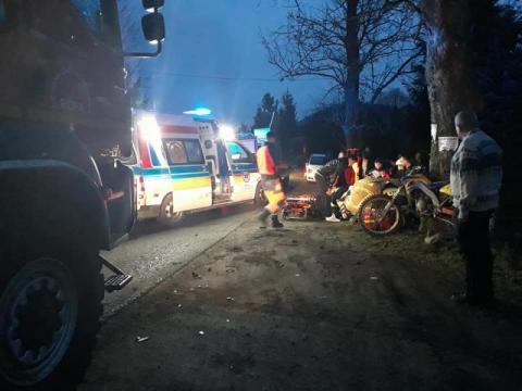 Poważny wypadek w Ropie. Osobówka zderzyła się z motocyklem