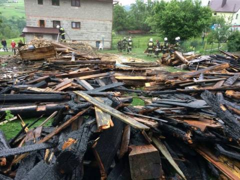 Przez sześć godzin z ogniem walczyło 30 strażaków. Budynek spłonął doszczętnie