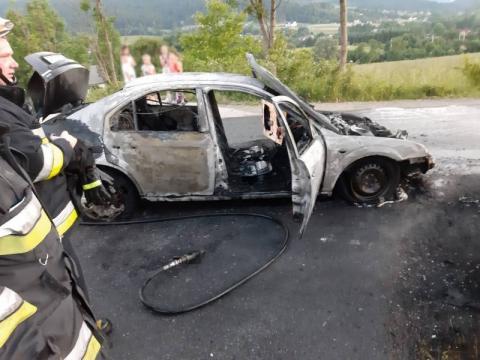 Musieli uciekać z płonącego samochodu. Z został jedynie spalony wrak