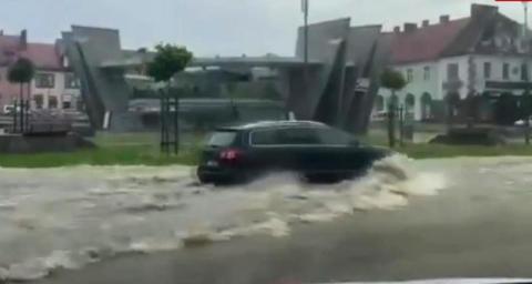 Rynek jak jezioro, auta jak amfibie. Deszczowa nawałnica nad Limanową