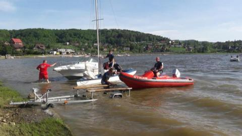 Na Jeziorze Rożnowskim przewróciła się łódź. Dzieci wpadły do wody
