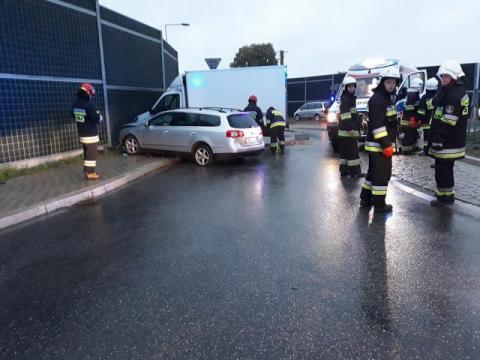 Wypadek na rondzie w Podrzeczu. Kierowca dostawczaka trafił do szpitala