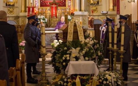 Policjanci pożegnali swojego zmarłego kapelana. Miał 42 lata [ZDJĘCIA]