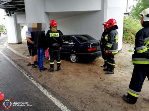 Wypadek w Grybowie. Podróż autem zakończył na wiadukcie kolejowym
