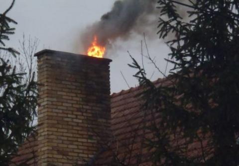Płoną sadze w kominach. Co robić, aby uniknąć pożaru?